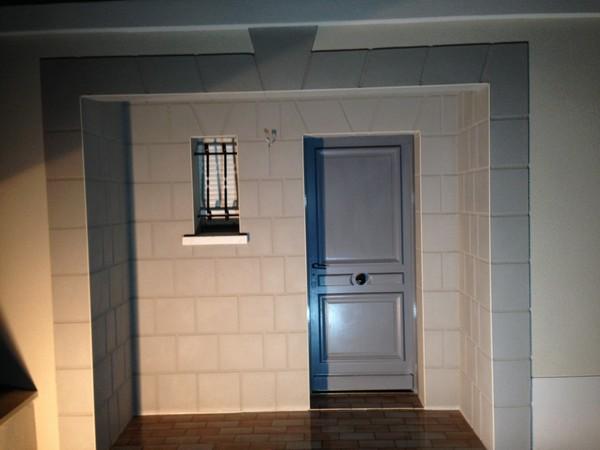 Une entrée de maison avec enduit imitation de pierres à breuil le vert 60