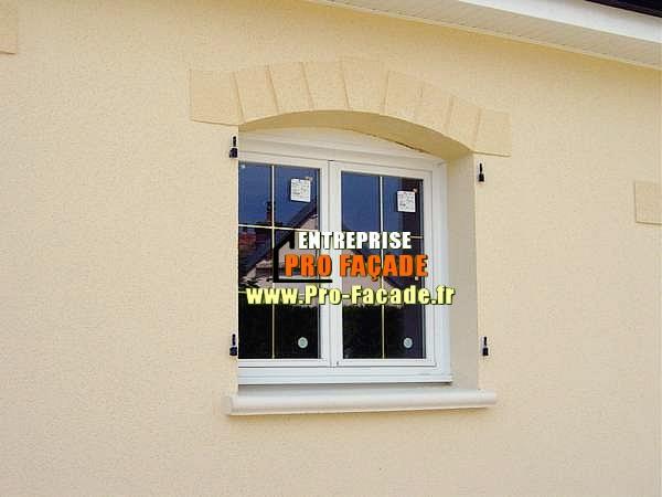 Motif tailler dans l'enduit au dessus d'une fenêtre à crepy en valois 60