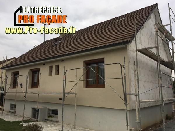 Chantier de restauration d'une façade isolé par l'extérieur sur Gouvieux 60270 pose de grillage