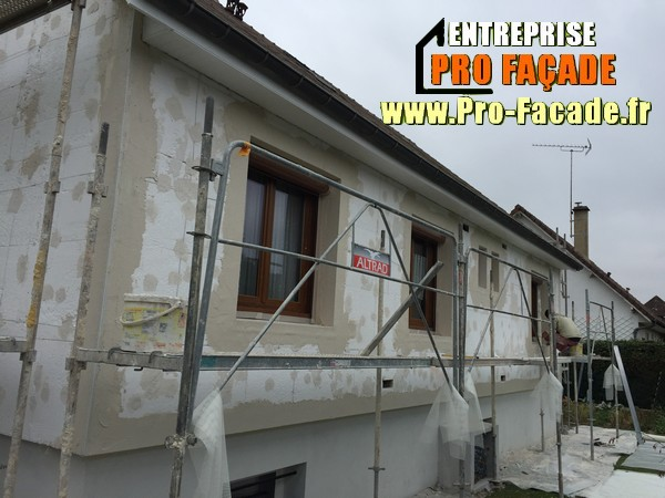 Chantier de restauration d'une façade isolé par l'extérieur sur Gouvieux 60270 pendant