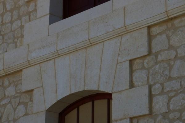 rejointement façade en pierre finition brossé couleur beige a la chaux