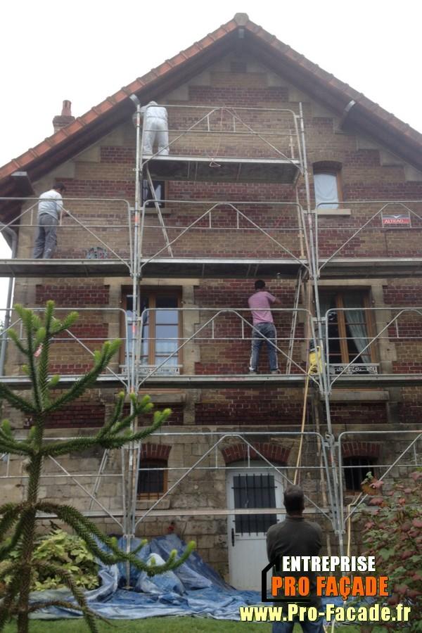Chantier de rejointement façade en briques sur PontPoint 60700 pendant