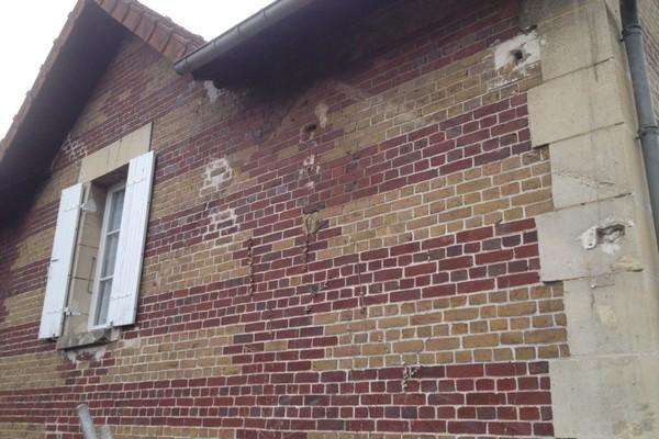 Chantier de rejointement façade en briques sur Pontpoint 60700 avant